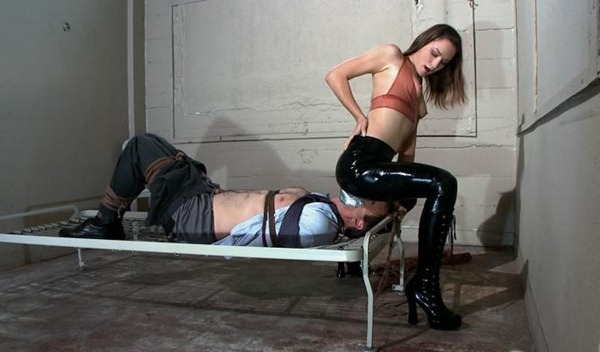 amber-rayne-sits-on-her-captive-male-face